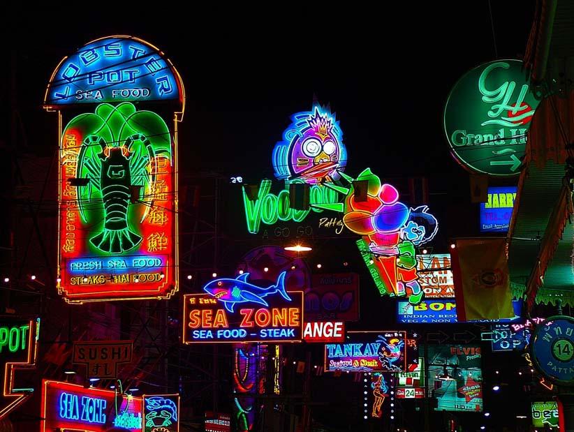 Neon jelek az utcán